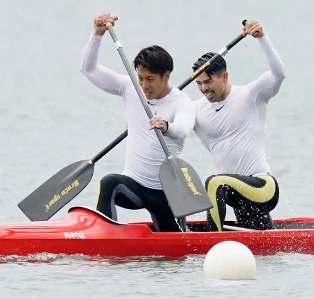 男子カナディアンペア1000メートル決勝 優勝した当銘孝仁(右)、大城海輝組=小松市木場潟カヌー競技場