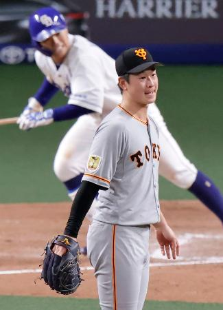 8回中日1死満塁、高橋(奥)の遊ゴロの間に同点を許す巨人・中川=ナゴヤドーム