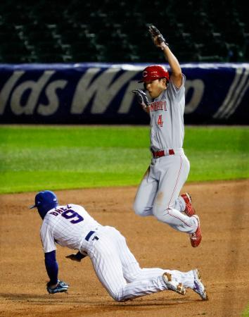 カブス戦の2回、四球で出塁後、二盗の際に遊撃手バエス(9)をジャンプしてかわすレッズ・秋山=シカゴ(共同)
