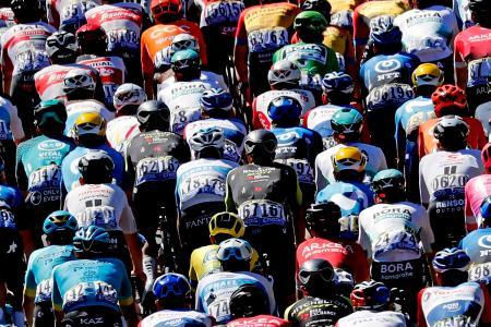 8日、新型コロナウイルスの検査が行われた休息日が明けたツール・ド・フランスの第10ステージ(オレロン島―レ島)(AP=共同)
