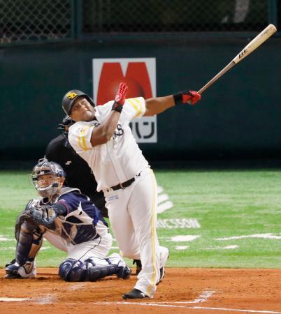 4回ソフトバンク無死、デスパイネが左越えに本塁打を放つ。捕手森=ペイペイドーム