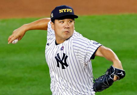 「NYPD(ニューヨーク市警)」のロゴが入った帽子をかぶって登板するヤンキース・田中=ニューヨーク(AP=共同)