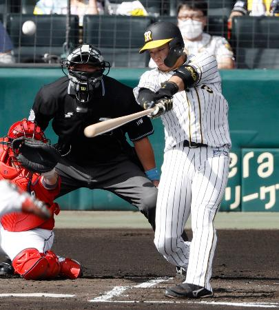 1回阪神2死一、二塁、大山が中越えに先制3ランを放つ=甲子園