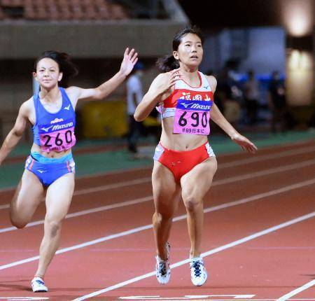 女子100メートル決勝 日本歴代3位の11秒35で優勝した児玉芽生(右)=デンカビッグスワンスタジアム