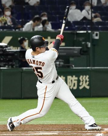 7回巨人1死、岡本が左中間にこの試合2本目の本塁打となる勝ち越しソロを放つ=東京ドーム