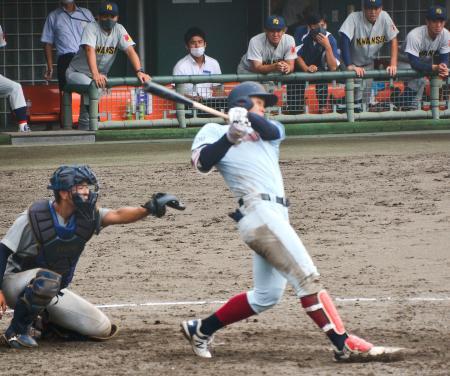 関学大戦で3点二塁打を放つ近大の佐藤=大津市皇子山球場