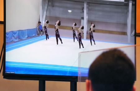 大会本部のモニターに映された、演技する青森山田の中継映像=東京都内