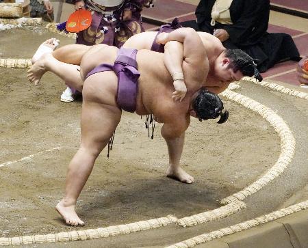 遠藤(奥)がすくい投げで朝乃山を破る=両国国技館