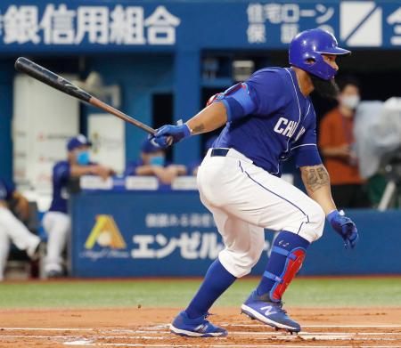 1回中日無死一、二塁、アルモンテが左前に先制打を放つ=横浜