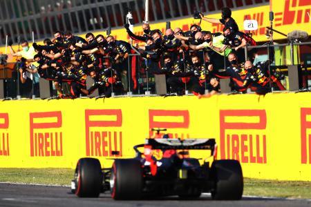 F1トスカーナGP、初の表彰台となる3位でゴールし、ピットクルーに迎えられるレッドブル・ホンダのアレクサンダー・アルボン=13日、ムジェッロ・サーキット(ゲッティ=共同)
