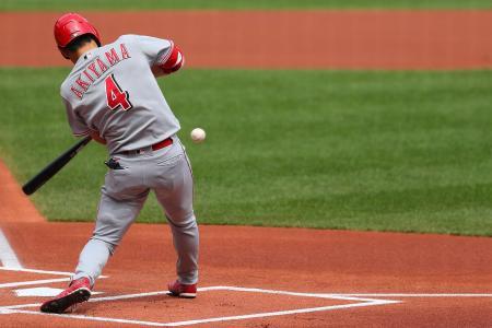 カージナルス戦の一回に二塁打を放つレッズの秋山翔吾=13日、セントルイス(ゲッティ=共同)