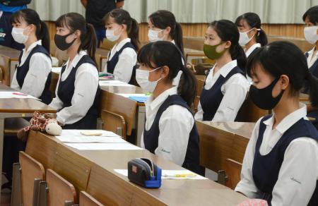 甲子園球場での優勝旗返還式の式典誘導係に選ばれた市立西宮高の生徒=14日午後、兵庫県西宮市