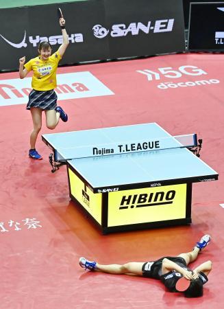 日本代表 男子―女子 第3ゲームで宇田幸矢(手前)からポイントを奪い、勝利を喜ぶ早田ひな=東京都内