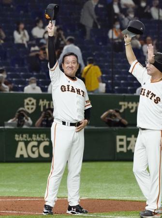 阪神に逆転勝利してマジックナンバー「38」を点灯させ、ファンの拍手に応える巨人・原監督=東京ドーム
