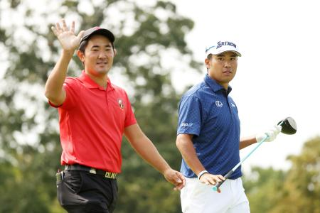 全米オープンゴルフ会場のウイングドフットGCで金谷拓実(左)とともに練習ラウンドに臨む松山英樹=15日、ニューヨーク州ママロネック(ゲッティ=共同)