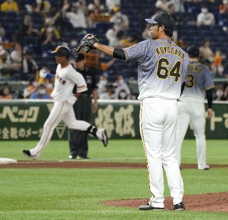5回、巨人・立岡(左)に3ランを浴びた阪神・桑原=東京ドーム