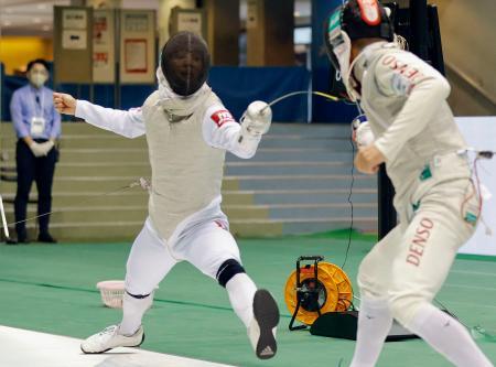 男子フルーレ準決勝 藤野大樹(右)からポイントを奪う松山恭助。決勝に進んだ=駒沢体育館