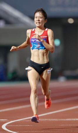 女子1万メートル(タイムレース) 32分3秒40で優勝した鍋島莉奈=熊谷スポーツ文化公園陸上競技場