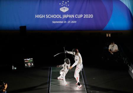 中止となったインターハイに代わる大会をと、歴代五輪代表ら有志の呼びかけで開催された高校生のフェンシング大会。準決勝まで勝ち残った選手たちは照明を落とした本格的な演出の下、ピストの上で躍動した=25日、神奈川県箱根町