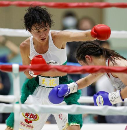 7回、鈴木菜々江(右)を攻める岩川美花=神戸市立中央体育館