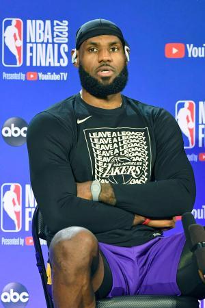 NBA決勝を前に取材に応じるレーカーズのジェームズ=29日、オーランド近郊(NBAE提供・ゲッティ=共同)