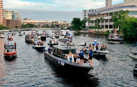 船で優勝パレードをするライトニングの選手たち=30日、タンパ(タンパベイ・タイムズ提供・AP=共同)