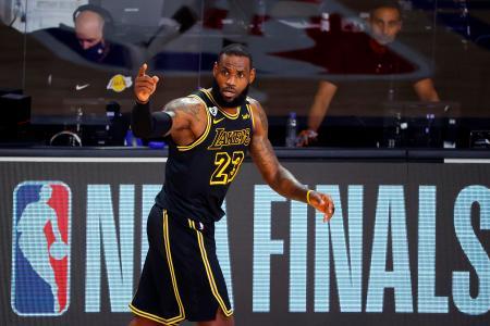 NBA決勝第2戦、ヒート戦でチームメートと視線を交わすレーカーズのレブロン・ジェームズ=2日、レークブエナビスタ(ゲッティ=共同)