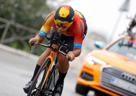 自転車ロードレースのジロ・ディタリア第1ステージで個人タイムトライアルを走る新城幸也=パレルモ(共同)