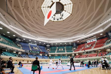 日本武道館の改修完了後、大会として初めて開かれた空手の関東大学選手権=4日