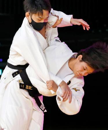 柔道のオンライン教室で投げ技を披露する東京五輪女子52キロ級代表の阿部詩(下)=横浜武道館