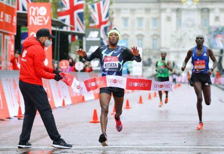 ロンドン・マラソンの男子で優勝したシュラ・キタタ(中央)=ロンドン(ロイター=共同)