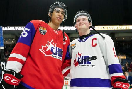 1月に開催された試合で写真撮影に応じるアレクシ・ラフレニエル(右)とクイントン・バイフィールド(カナダ通信提供・AP=共同)