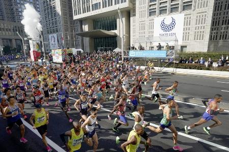 2020年3月1日の東京マラソンで、都庁前を一斉にスタートするランナー=東京都新宿区