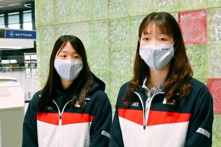 成田空港で取材に応じるバドミントン女子ダブルスの永原和可那(左)、松本麻佑組=10日午前