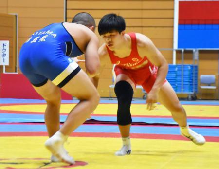 団体決勝で対戦する日体大柏の佐々木(右)=新潟市東総合スポーツセンター