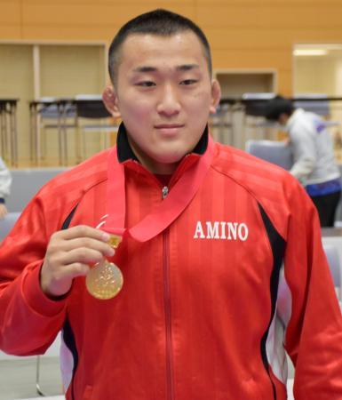 125キロ級で優勝し、メダルを手にする網野の三浦哲史=新潟市東総合スポーツセンター