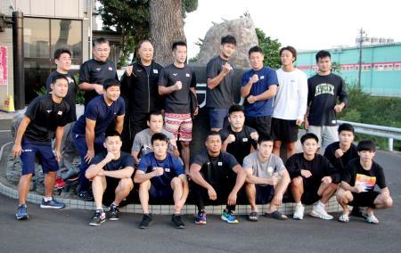 強化合宿を打ち上げたボクシング男子東京五輪代表の岡沢セオン(前列左から3人目)、成松大介(同4人目)ら=13日、鹿児島県鹿屋市