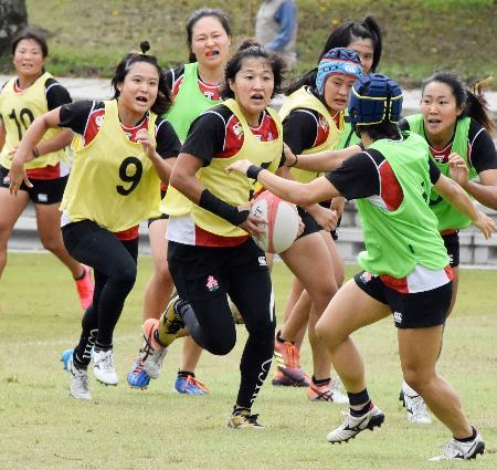 ラグビー7人制女子の日本代表候補合宿でボールを持つ中村=埼玉県熊谷市