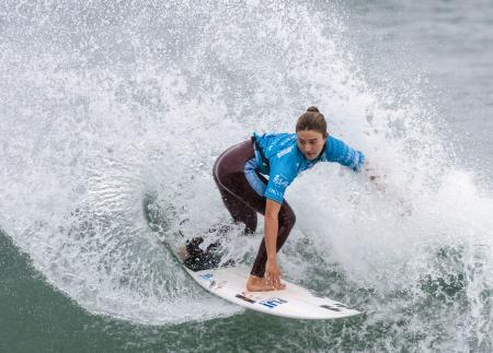女子1回戦 ターンで水しぶきを上げる松田詩野=千葉県鴨川市の東条海岸