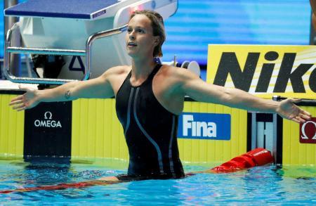 2019年、韓国・光州での世界水泳で優勝し、ポーズを決めるフェデリカ・ペレグリニ(ロイター=共同)