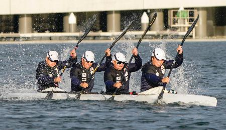公開練習する男子カヤックフォアの(右から)水本圭治、松下桃太郎、宮田悠佑、藤嶋大規=海の森水上競技場