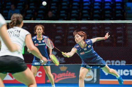 女子ダブルス準々決勝でプレーする福島(左)、広田組=オーデンセ(Scanpix・AP=共同)