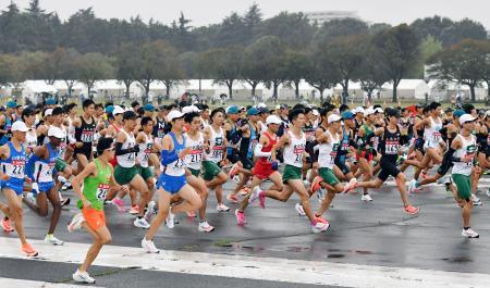 箱根駅伝出場を目指し、予選会で力走する各大学の選手たち=陸上自衛隊立川駐屯地(代表撮影)