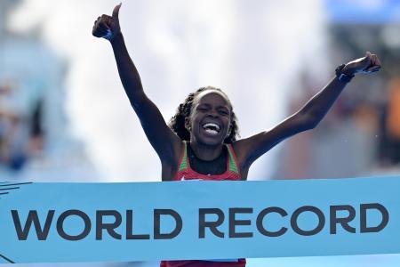 世界ハーフマラソン、女子のみのレースでの世界新でゴールするペレス・ジェプチルチル=17日、グディニャ(ゲッティ=共同)