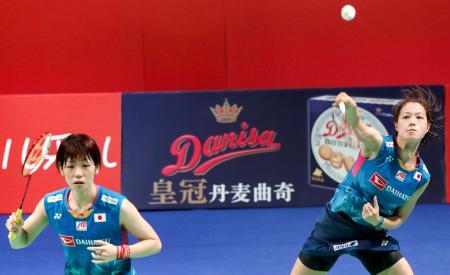 女子ダブルスで優勝した福島(右)、広田組=オーデンセ(バドミントンフォト提供・共同)