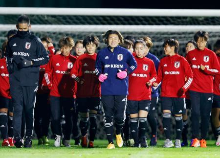 強化合宿が始まり、アップする「なでしこジャパン」の候補選手ら=福島県のJヴィレッジ