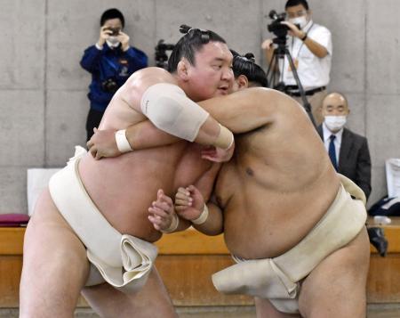 合同稽古に参加した白鵬(左)=20日、両国国技館内の相撲教習所