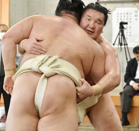 稽古をする白鵬。手前は正代=21日、両国国技館内の相撲教習所(代表撮影)