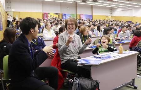 東京五輪・パラリンピックの大会運営を担うボランティアの研修で、手話でやりとりをする参加者ら=23日、東京都渋谷区