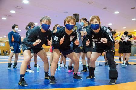 レスリング女子の強化合宿でポーズをとる(左から)川井梨紗子、川井友香子、土性沙羅=東京都北区の味の素ナショナルトレーニングセンター(日本レスリング協会提供)
